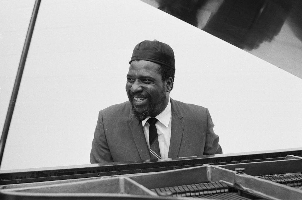 """O jazz é sabidamente um dos gêneros de música mais elegantes que existe. E é de se imaginar que um dos responsáveis pela sua popularização fosse um cara de bom gosto estilístico apurado. É o caso de Thelonious Monk, que caso vivo, completaria 96 anos de idade. Um senhor que sabia vestir um terno na hora de ir trabalhar, mesmo que o termo """"trabalho"""" significasse tocar piano para milhares de pessoas."""