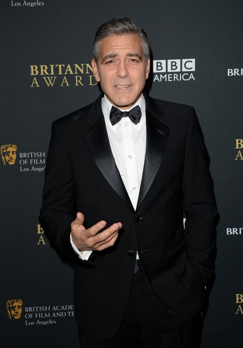 Sempre impecável e sem exagerar, George Clooney mostrou que homem não precisa de nada além de um clássico terno preto e branco para se sair bem.