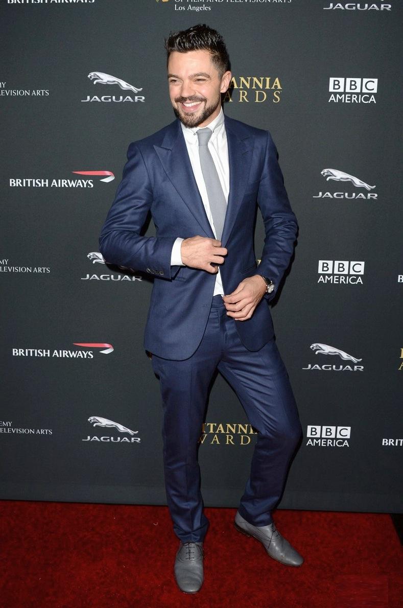 Ele já foi uma das nossas  referências  da semana. Nota-se. Pelo visual do fim de semana, reforçamos o fato de que Dominic Cooper é sempre garantia de belos trajes.