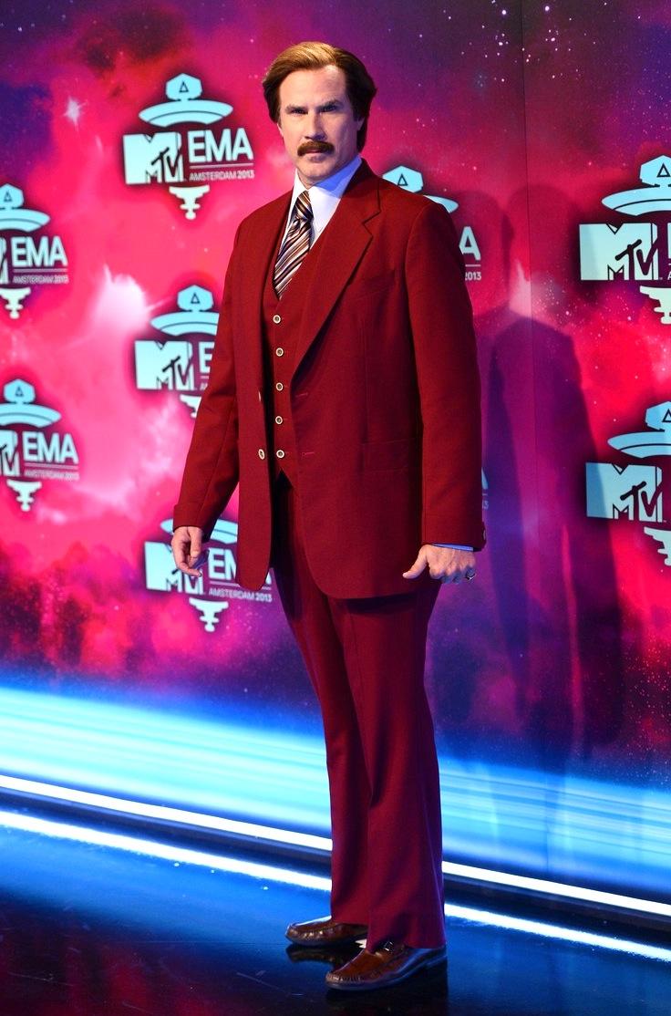 """Will Ferrell, ou melhor, Ron Burgundy, também deu as caras na premiação da MTV. Com seu tradicional terno de três peças, o famoso """"Âncora"""" não deixou a desejar. Do sei próprio jeito, claro."""