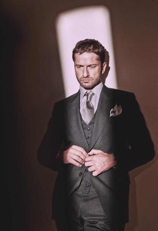 Se ontem foi a vez de Ryan Gosling dar o ar da graça, hoje temos o escocês Gerard Butler completando 44 anos. Tudo bem que a elegância não é a mesma, mas temos que admitir que o rapaz também sabe se virar muito bem na frente do guarda-roupas. Sem apelar para as tradicionais estampas escocesas, Butler veste ternos e outros trajes com enorme simplicidade, passando a ideia de que o conforto é o principal fato a ser considerado por ele na hora de se vestir. Afinal, um homem elegante deve estar sempre em dia com o conforto.