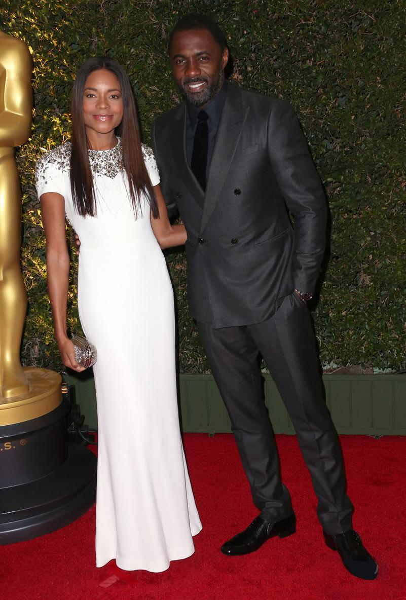 Cada vez mais presente nas nossas páginas e nos holofotes hollywoodianos, Idris Elba fugiu do lugar comum. E fez bem. O tom acinzentado do terno de abotoamento duplo fez do inglês o cara mais elegante da cerimônia.