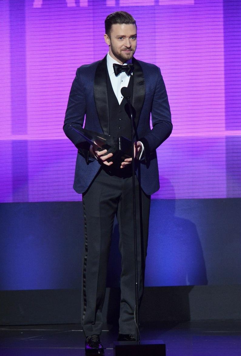 Um dos principais vencedores da noite, Justin Timberlake caprichou na vestimenta. Até demais, diga-se de passagem. Poderia ter diminuído o tamanho da gravata, por exemplo.