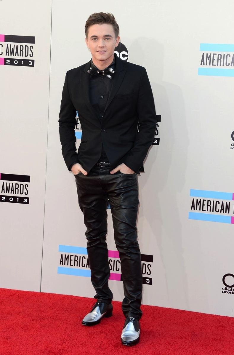Jesse McCartney acertou apenas metade do figurino. A metade de cima. Porque calça de couro e sapato com detalhes em prata...