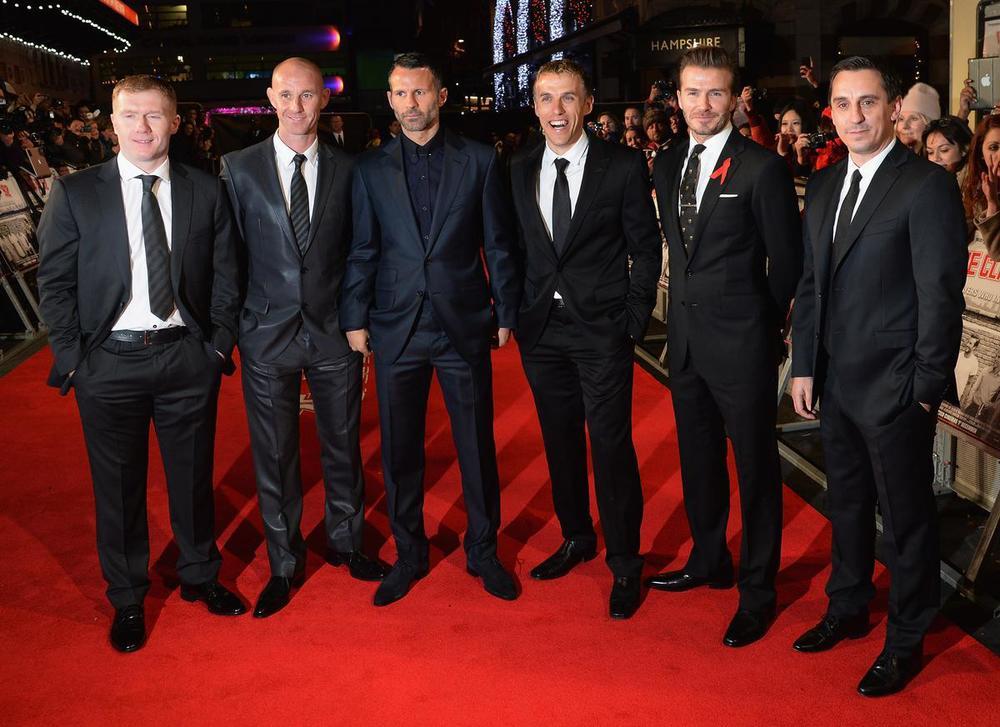 "Paul Scholes, Nicky Butt, Ryan Giggs, Phil Neville, David Beckham e Gary Neville. Todos devidamente trajados para a premiere do filme ""Class of 92""."