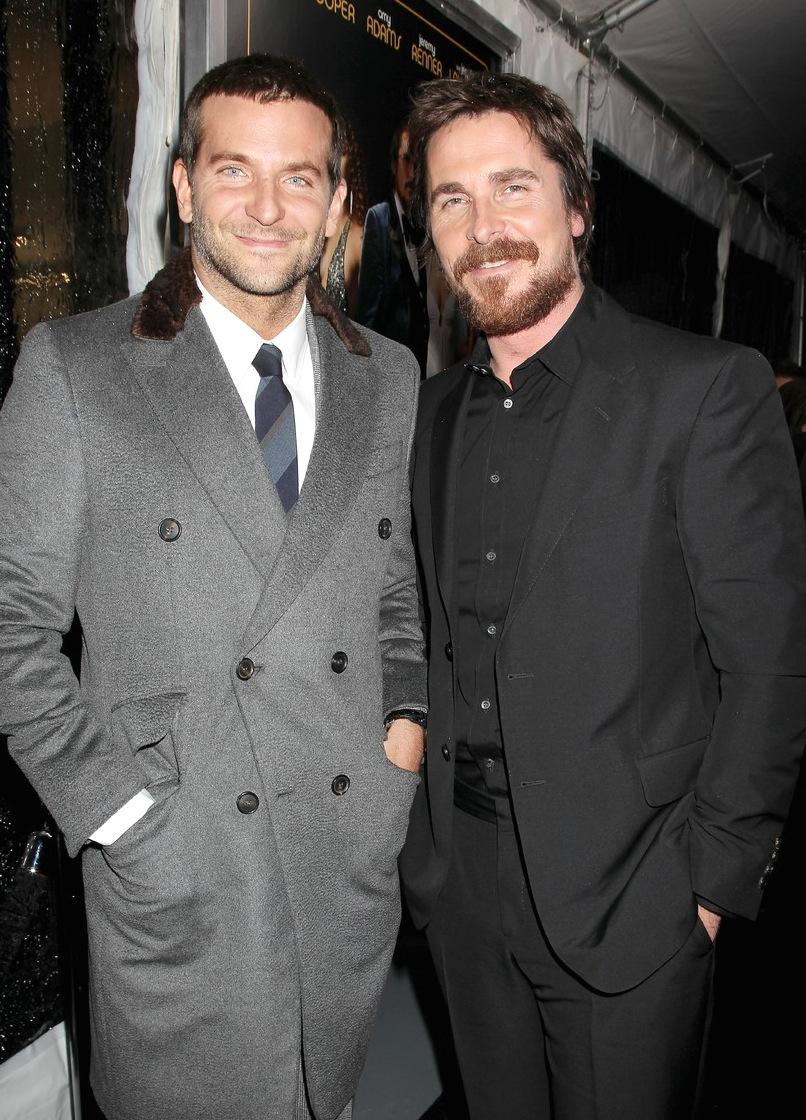 "Bradley Cooper e Chrsitian Bale, na premiere do seu novo filme ""American Hustle"" (Trapaça)."