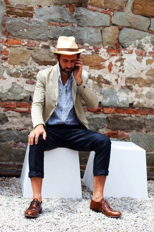 Calça curta demais.  Quem acompanha o blog sabe que somos adeptos do sapato sem meia. Mas isso não requer o uso de calças no meio da canela. Cuidado para não dar uma de  Mr. Bean .