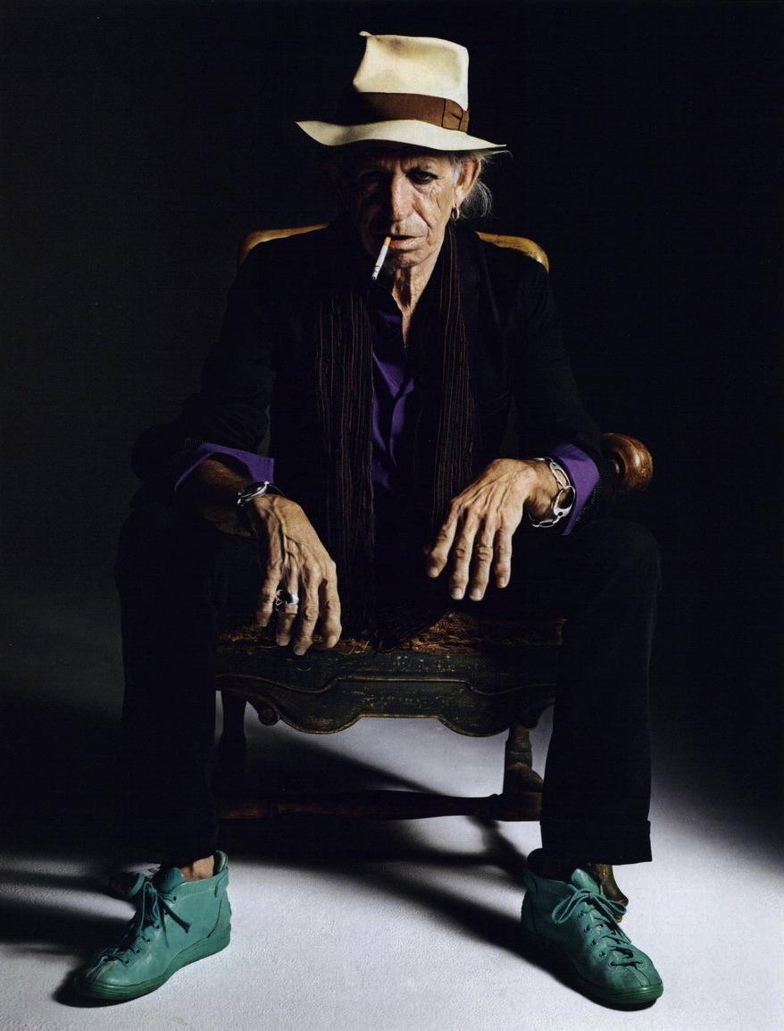 Como descrever o estilo de Keith Richards? Um roqueiro, hippie, com ares de pirata e cigano? É mais ou menos por aí. Há 70 anos, Keith encanta o mundo com suas combinações malucas e acessórios quase que macabros. E essa é a sua marca registrada. O senhor (com fôlego de menino), é ícone de um estilo totalmente único e irreverente, que pouca gente ousa imitar. Um estilo que tem tudo para dar errado, mas que com Keith (ou seu maior discípulo Johnny Depp) funciona muito bem.