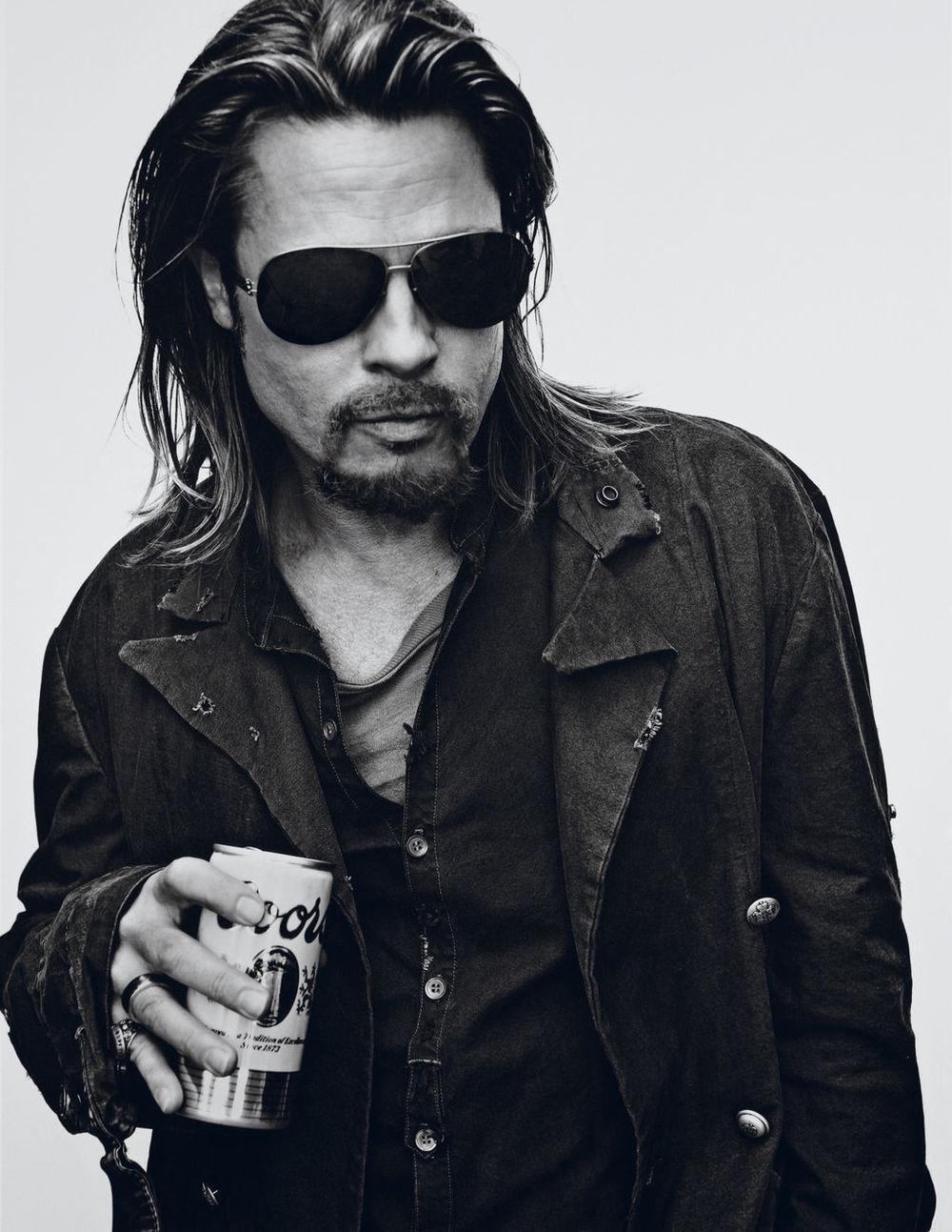 E a nossa festinha de aniversário realmente é um sucesso. Na cola de Keith, mas 30 anos mais novo, vem Brad Pitt. Ele pode não ser assim um ícone de estilo. Ele não veste as roupas mais bonitas e charmosas. Mas é elegante. É daqueles que basta vestir uma camisa branca e uma calça jeans que já fica estiloso. Mais experiente e sábio, foi só largar as mechas loiras e as camisas brilhosas para o moço começar a ser visto com outros olhos pelo mercado da moda, chegando a estrelar comerciais para a Chanel e muitas outras.