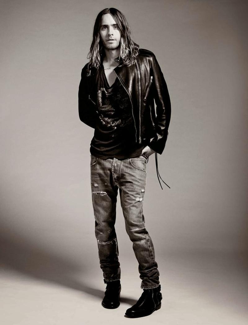 Líder de banda de rock, modelo e, nas horas vagas, ator, Jared Leto chega aos 41 anos cheio de energia e extravagância. Junto com seus companheiros da banda 30 Seconds to Mars, o rapaz frequentemente exagera nos penteados e pinturas faciais. Mas quando resolve segurar um pouco a mão, é melhor sair da frente. Jaquetas de couro, jeans surrado e coturnos fazem parte do figurino quase que diário deste multitalentoso indivíduo.