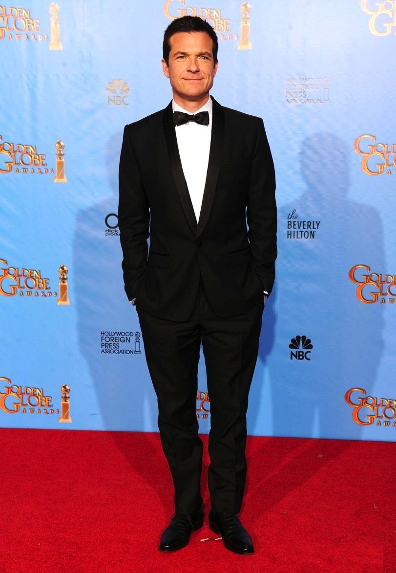Jason Bateman é um comediante que não brinca na hora de se vestir. Mais um adepto dos figurinos discretos, Bateman optou por se diferenciar nos detalhes, como na bela lapela arredondada do blazer de apenas um botão.