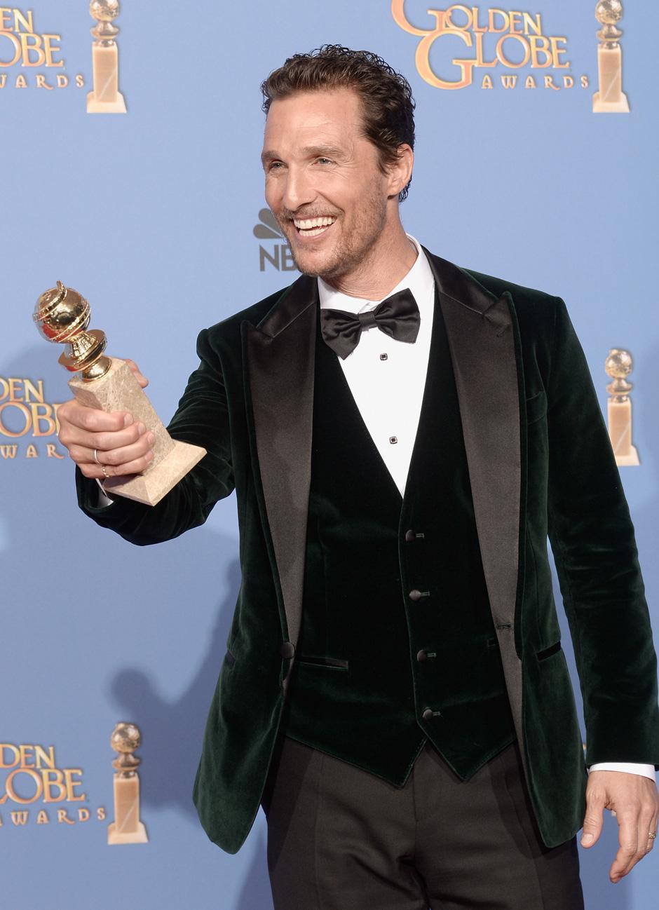 """Matthew McConaughey, como muita gente havia adiantado (inclusive nós) levou a melhor. E não foi só com o prêmio de Melhor Ator de Drama em """"Dallas Buyers Club"""". Mas também, com esse caprichado smoking aveludado de três peças, não dava para deixar por menos."""