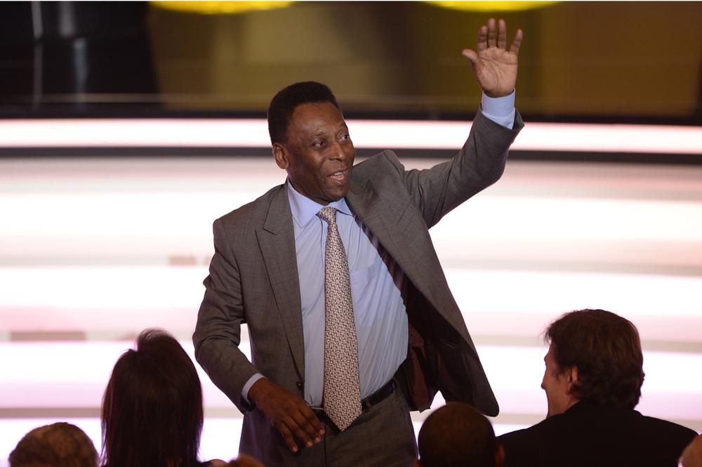 O Rei Pelé recebeu uma devida homenagem na noite de ontem. E o fez com estilo. Tudo bem que o terno e/ou a gravata poderiam ser alguns tons mais escuros, mas quem somos nós para discordar de tamanha autoridade.