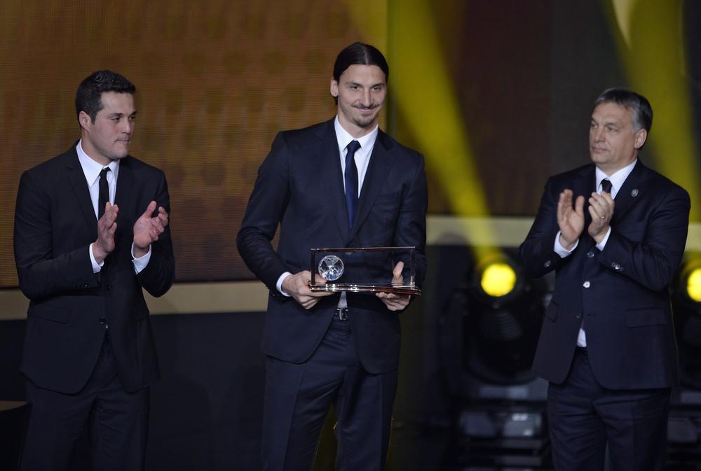 Autor do gol mais bonito do ano, o sueco Zlatan Ibrahimovic também fez bonito ao subir no palco para receber o prêmio Puskas. Terno discreto, cabelo preso e nada mais. A firula fica para o campo.