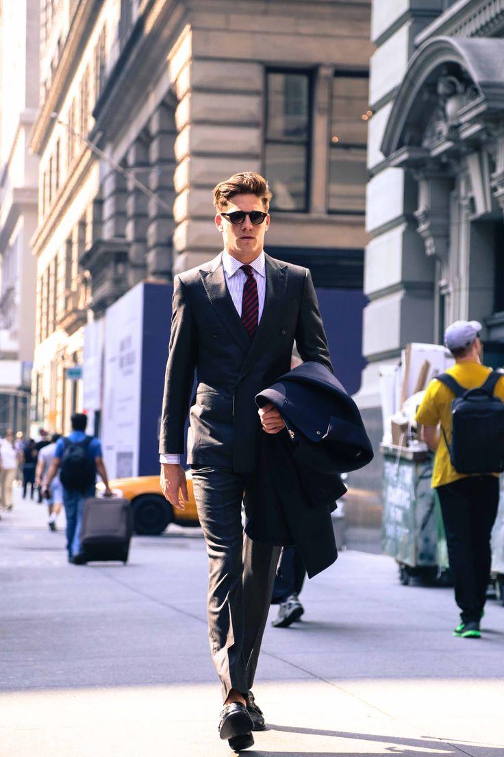 Traje recepção/esporte fino/passeio:Um andar acima do Esporte. Não dispensa<br /> o paletó, seja de dia ou de noite, podendo ser com ou sem gravata. Nos pés,<br /> é bom não inventar muito. Sapatos de cores muito diferentes do resto da<br /> roupa e com muito brilho não são muito indicados.É o traje mais comum em<br /> festas como Bar Mitzvahs e formaturas.