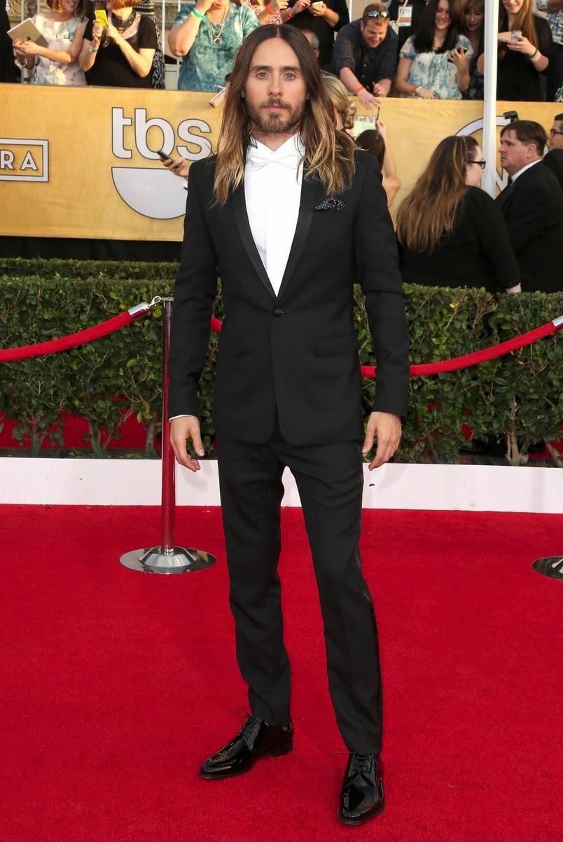 Jared Leto é outro que, quando abandona os olhos pintados e as roupas excessivamente rasgadas, é destaque. E sábado não foi diferente. Simples charmes como a gravata branca e o lenço no bolso colocaram o ator/cantor no topo da lista dos mais bem vestidos.