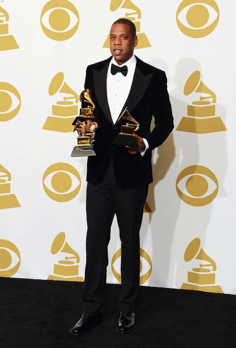 Considerado um dos rappers mais elegantes da atualidade, Jay Z não decepcionou. Com um smoking de lapelas largas e detalhes nos botões da camisa, Jay Z foi um dos destaques. E não só pelas três estatuetas que levou.