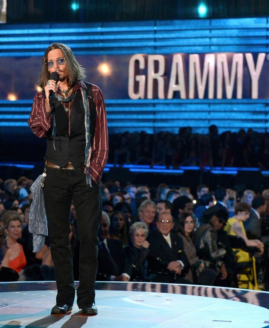 Johnny Depp é sempre uma mistura. Com um visual à lá Keith Richards, o ator se encheu de trapos e penduricalhos para subir no palco. Um certo exagero, mas que cai bem no sujeito.