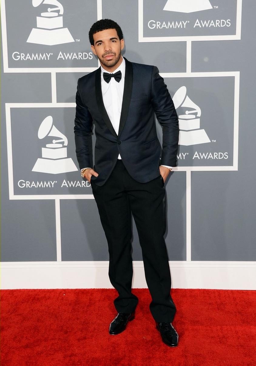 Drake é mais um representante daquela turma de rappers que passa longe das roupas largas e espalhafatosas. Na edição passada o cara arrancou aplausos por seu blazer discreto e contrastante.