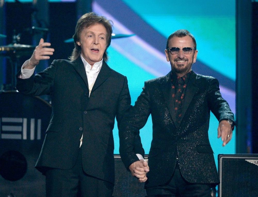 Um dos pontos mais altos da festa foi, definitivamente, a união dos dois Beatles remanescentes. Paul e Ringo deram as mãos vestindo elegantes ternos. Ok que o baterista exagerou um pouco na dose, mas ele é um Beatle e por isso, sobram créditos.