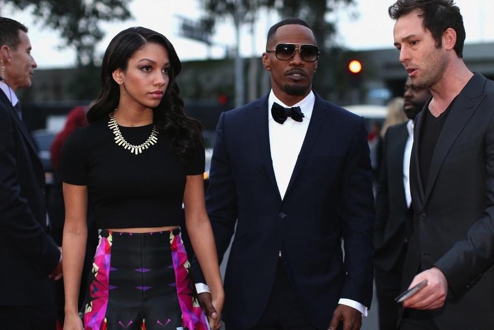 O ator (que também é rapper) Jammie Foxx mandou ver no smoking azul marinho. Combinação perfeita se não fosse o óculos com detalhes dourados e chamativos. Nota 9,5, diríamos.