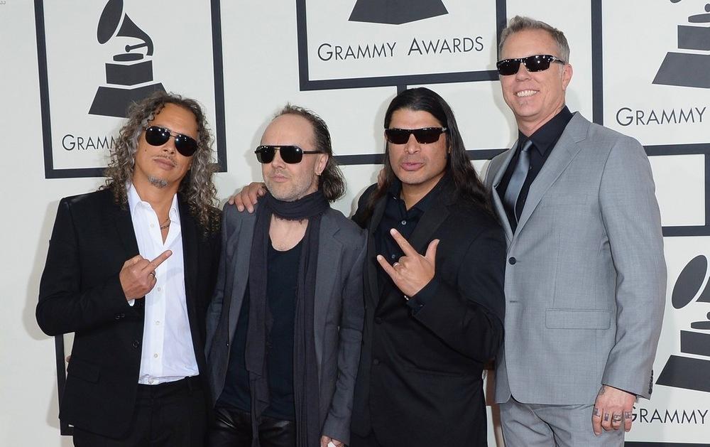 Da mesma forma que rappers não precisam vestir roupas largas e correntões espalhafatosos, metaleiros não precisam estar sempre de preto. Prova disso são os integrantes do Metallica.