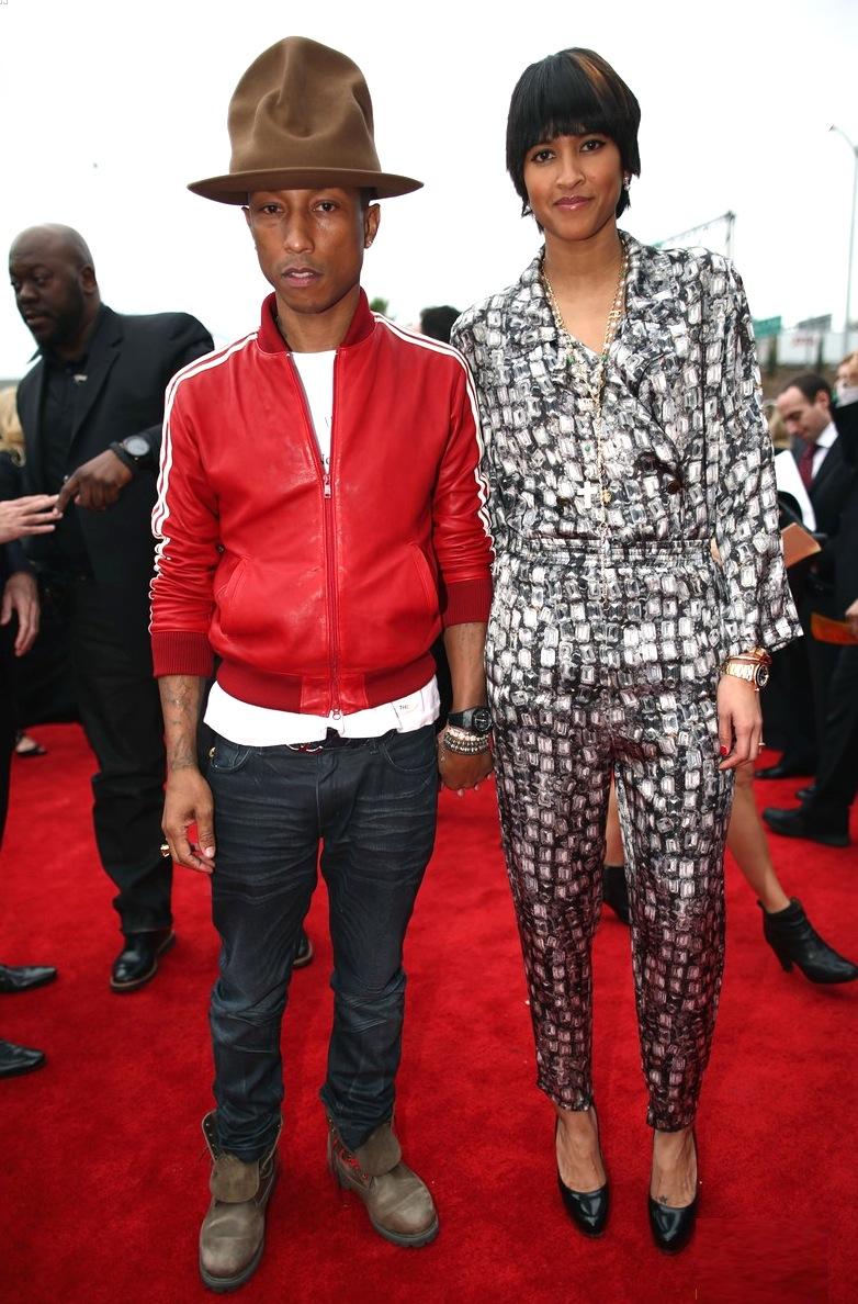 Pharrell Williams é outro que ocupa o posto de um dos homens mais bem vestidos da música. Junto a isso, infelizmente, Pharrell também é um dos que mais inventa moda. E isso não é um elogio.