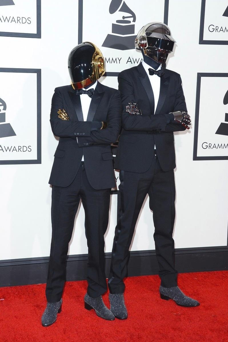 """Grandes vencedores da noite e presentes em boa parte das festas de 2013, os """"robôs"""" do Daft Punk começaram a noite merecendo aplausos pelos smokings caprichadíssimos. Só faltou o mesmo cuidado com os sapatos."""