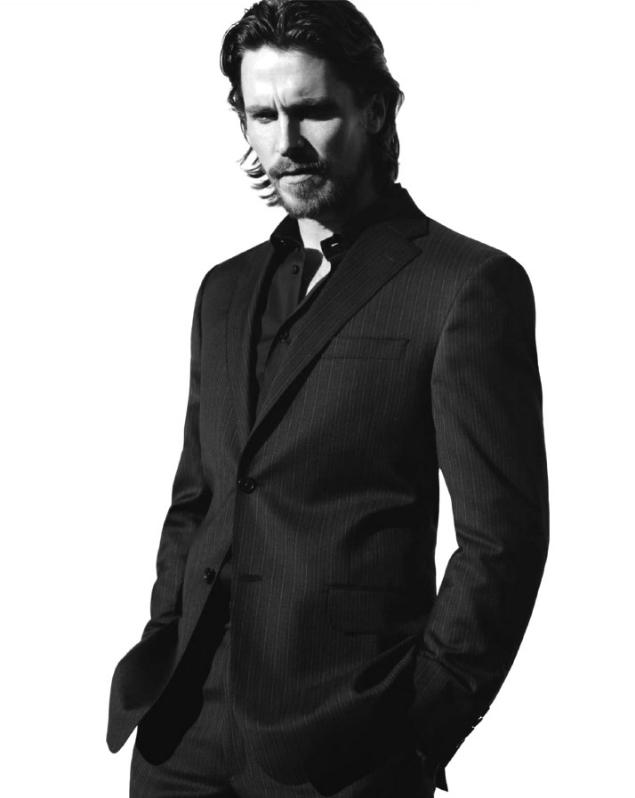 """Christian Bale entra hoje na casa dos 40. E mesmo para um cara que começou a carreira de ator quando criança, Bale pode dizer que nunca esteve tão bem de vida. Pela segunda vez é indicado a todos os prêmios possíveis com a sua atuação em """"Trapaça"""". Em termos de estilo, a coisa também só melhora. Sua aparição cada vez mais frequente em premiações e eventos do tipo fez de Bale um craque na arte de vestir um terno com perfeição. Cores discretas e primor nos detalhes. Experiência de sobra para um recente quarentão."""