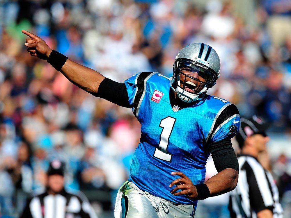 Donos de uma campanha interessante durante o ano, o Carolina Panthers de Cam Newton também apresentou um dos uniformes mais bonitos do ano. Azul celeste com detalhes em preto. Sempre uma boa combinação.