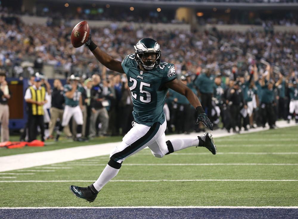 """Também com uma campanha interessante no ano, o Philadelphia Eagles superarou a baixa de seu quarterback Michael Vick com bastante sucesso. Trajando um charmoso uniforme verde, os """"Birds"""" terminaram o ano em alta."""