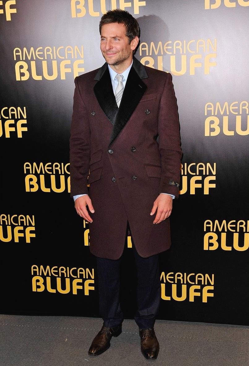 """Bradley Cooper tem mesmo dado o que falar. Sua segunda indicação ao Oscar colocou o ator em evidência. Melhor providenciar figurinos tão caprichados quanto o que usou na pré-estreia do filme """"Trapaça"""", ontem, em Paris."""