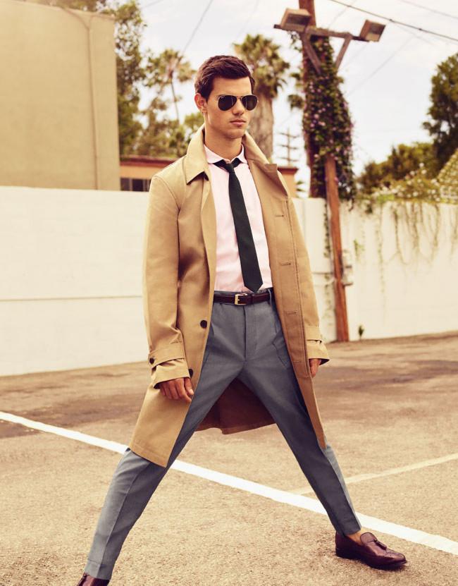 """Ok que ele é o ídolo de uma geração inteira de adolescentes fãs de vampiros e lobisomens, mas mesmo assim e mesmo aos 22 anos, Taylor Lautner merece o nosso parabéns. São muitos os casos de atores e cantores que constroem uma carreira em cima de filmes e músicas de gosto duvidoso. E é por isso que Lautner se faz tão merecedor da nossa homenagem. Nada de topetes espalhafatosos, roupas chamativas ou mesmo atitudes ridículas. Assim como o seu colega de """"Crepúsculo"""", Robert Pattinson, o rapaz aí se sai muito bem na hora de escolher o que vestir. Palmas para o estilo."""