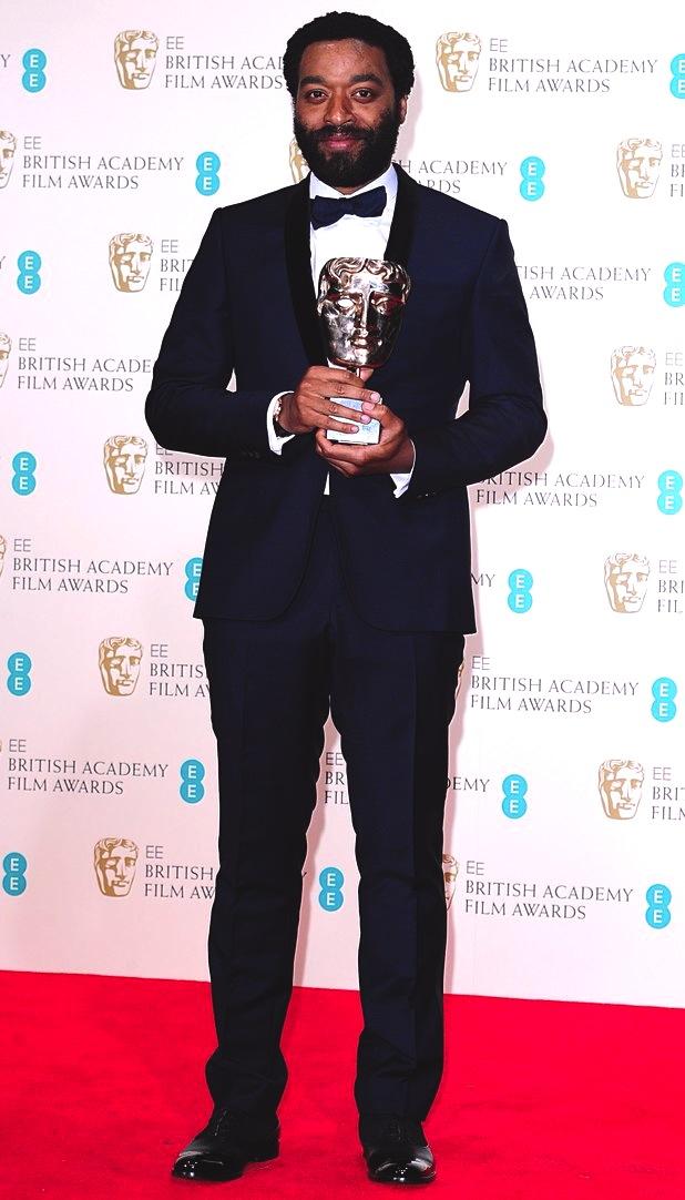 """Vencedor na categoria Melhor Ator por """"12 anos de Escravidão"""", Chiwetel Ejiofor, mais uma vez demonstrou sabedoria e destreza na hora de vestir um smoking azul escuro com detalhes em preto e caimento perfeito."""