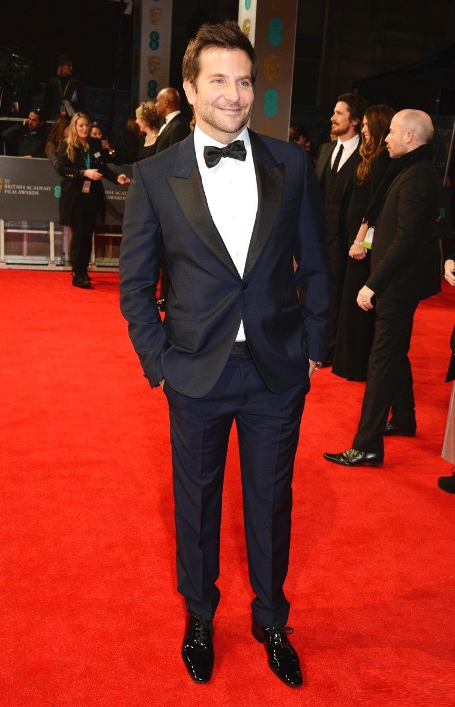 Se tem alguém se tornando um craque do tapete vermelho é Bradley Cooper. Presente em 95% dos eventos, o ator consegue variar cores e estilos sempre se mantendo elegante e discreto.