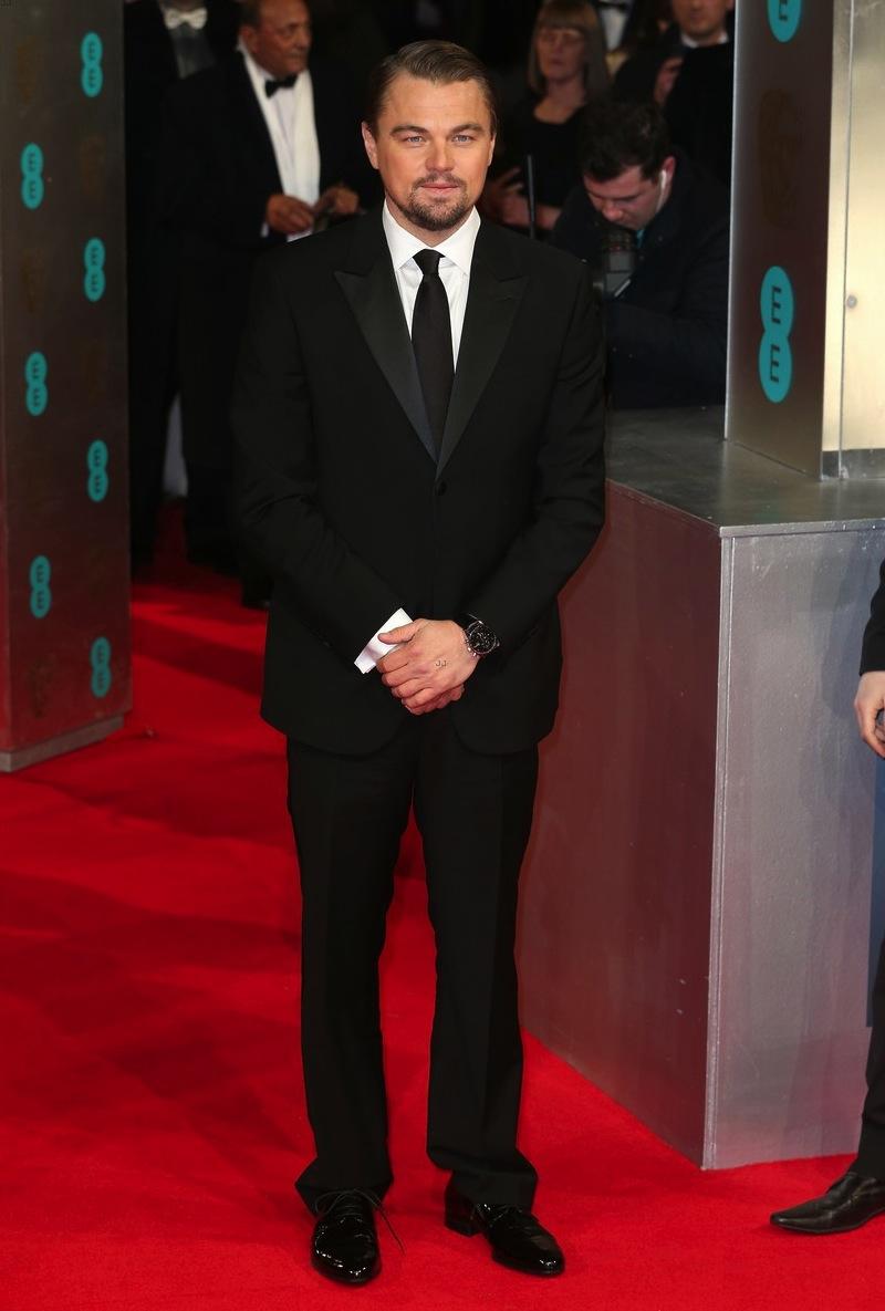 Nem sempre o fato de não variar figurinos é uma coisa ruim. Prova viva disso é Leonardo DiCaprio. Sempre optando por conjuntos simples e sem nenhum exagero, o moço mostra que existe lugar para o básico na lista dos mais elegantes. Só faltou caprichar na bainha da calça.