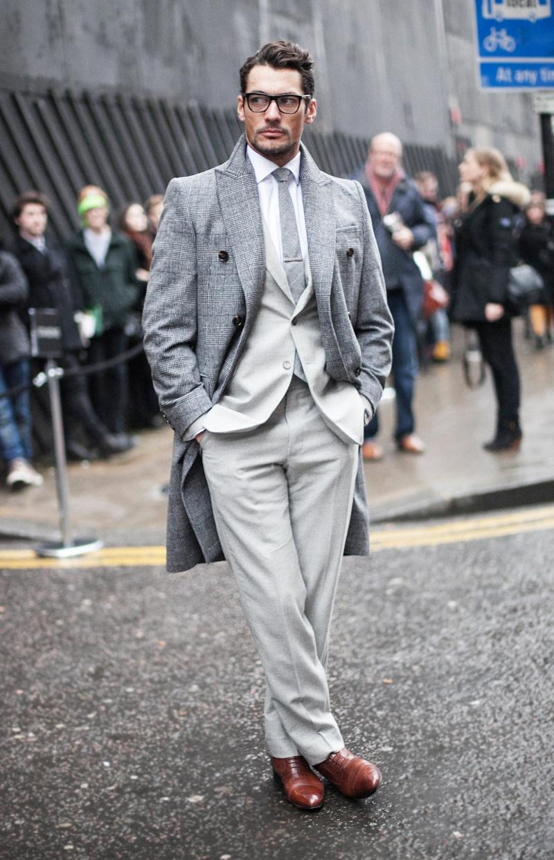 Sim, senhoras e senhores, David James Gandy completa 34 anos de idade nessa quarta-feira, dia de referências aqui no Moda Pra Homem. Considerado por muita gente um dos caras mais bem vestidos e influentes do Reino Unido e do mundo, Gandy é também o modelo mais bem-sucedido do momento. Suas aparições públicas (que não são poucas) são marcadas por figurinos caprichados, com ternos bem variados e conjuntos criativos, na sua maioria inspirados por um estilo retrô. Aos 34 anos, David Gandy é um retrato do inglês de hoje, do homem moderno, confiante e confortável com o próprio estilo, ao ponto de não precisar chamar a atenção com exageros para se destacar.