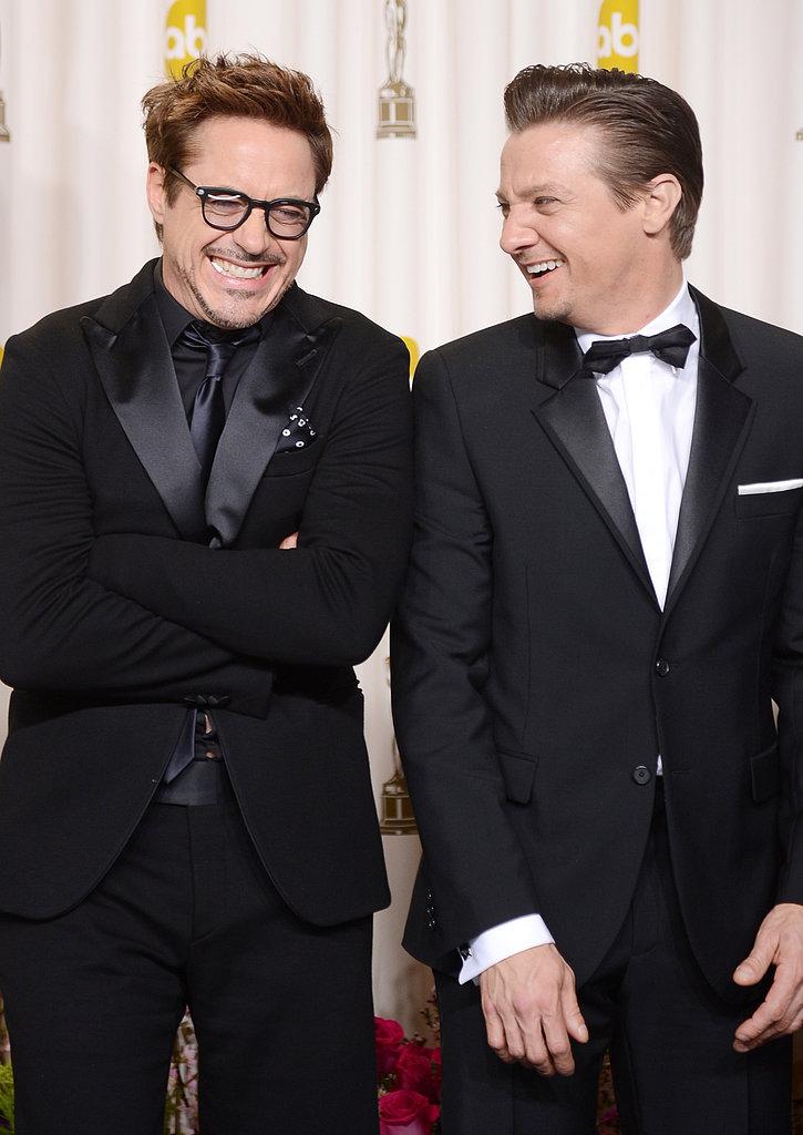 """Juntos pela justiça em """"Os Vingadores"""" e pela elegância no Oscar, Robert Downey Jr. e Jeremy Renner acertaram mesmo apostando em visuais bem diferentes. O primeiro mostrou que é possível se sair bem mesmo vestindo tons quase idênticos. O segundo reforçou que o clássico nunca sai de moda. O segredo é sempre ter um bom alfaiate ao lado."""