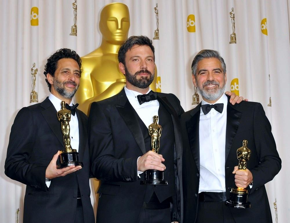 """2013 foi mesmo o ano dos barbados no tapete vermelho. Prova disso foram os responsáveis pela produção de """"Argo"""", vencedor do prêmio máximo da noite. Grant Heslov, Ben Affleck e George Clooney deixaram a máquina de lado e desfilaram pelo Dolby Theatre mostrando que nem sempre precisamos passar a lâmina antes de se vestir para eventos formais."""