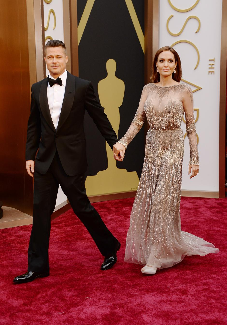 Mesclando o tradicional com o moderno, Brad Pitt desfilou ao lado de sua fiel companheira com um smoking de largas lapelas arredondadas e um topete  under cut bastante elegante. Um pouco exagerado, alguns podem achar, mas que ficou bem, ficou.