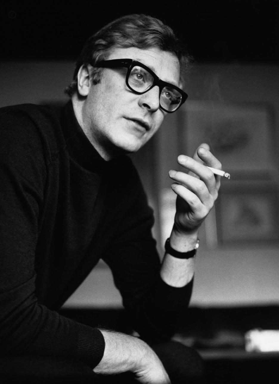 Sir Michael Caine, nascido Maurice Joseph Micklewhite, em Londres, há exatos 81 anos, foi o Jude Law dos anos 60. Ou melhor, Jude Law é o Michael Caine dos anos 2000. Charmoso, elegante e sedutor, Caine possui uma das carreiras mais respeitadas do cinema inglês, com mais de 100 filmes no currículo. Seu estilo era (e ainda é) um fiel retrato do inglês tradicional, com ternos impecáveis e quase nenhum exagero. Um mito do cinema e da moda britânicos que mesmo aos 81 anos ainda nos presenteia com atuações majestosas.