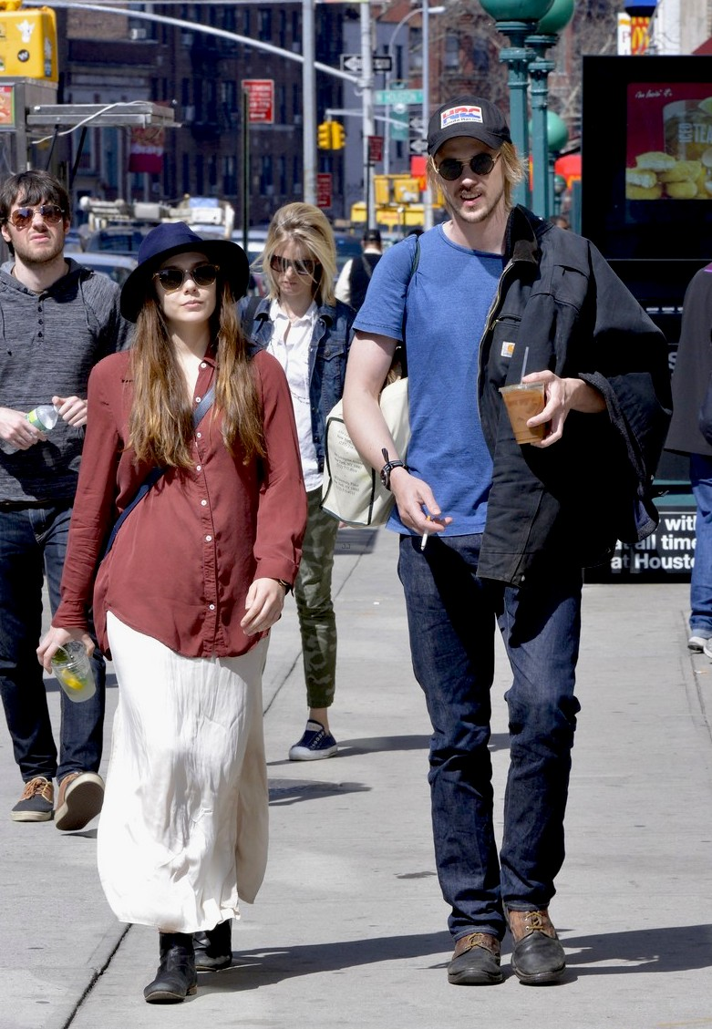 elizabeth-olsen-boyd-holbrook-soho-strolling-couple-05.jpg