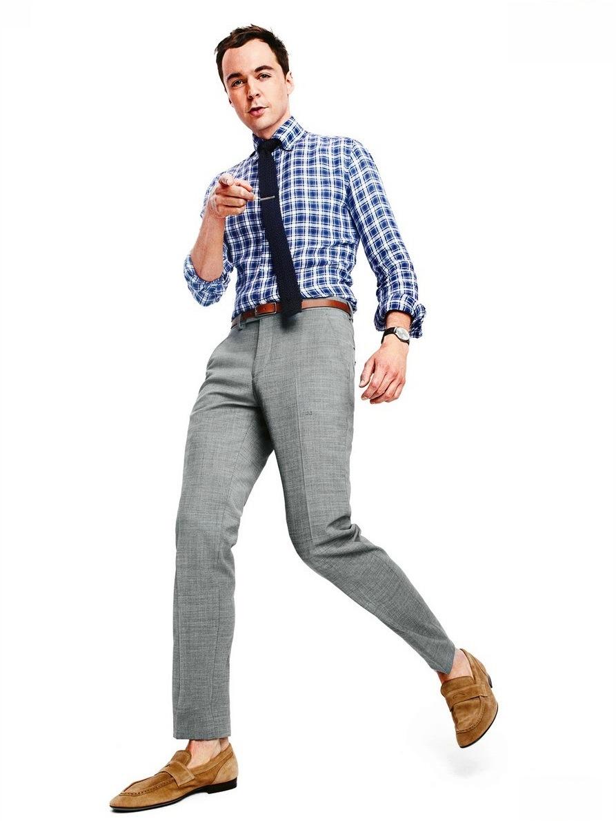 """Protagonista de uma das mais bem sucedidas séries da atualidade, Jim Parsons é também um dos mais elegantes da televisão. Não na pele do seu Sheldon Cooper, de """"The Big Bang Theory"""". Mas quando visto em tapetes vermelhos, entrevistas e páginas da principais revistas do mundo, Jim se mostra extremamente afiado e entendido do assunto. Ternos bem combinados e em dia com o alfaiate fazem desse astro de 41 anos, mas com cara de garoto, ser visto com alguém com talento para ir muito além da comédia."""
