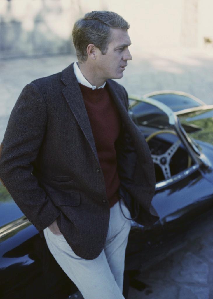 """São raras as listas de homens mais elegantes de todos os tempos que deixam de fora caras como Paul Newman, Robert Redford e Cary Grant. Mais raras ainda as que colocam esses três nomes juntos sem a companhia de Steve McQueen. Nascido em Indiana-EUA, há exatos 84 anos, McQueen viveu apenas 50 anos. Mas viveu para se tornar um dos maiores ícones de estilo de todos os tempos. Um mestre de filmes de ação muito antes de """"Velozes e Furiosos"""" e """"Need for Speed"""". O inventor do estilo bad-boy com elegância. Características em extinção nos dias de hoje."""