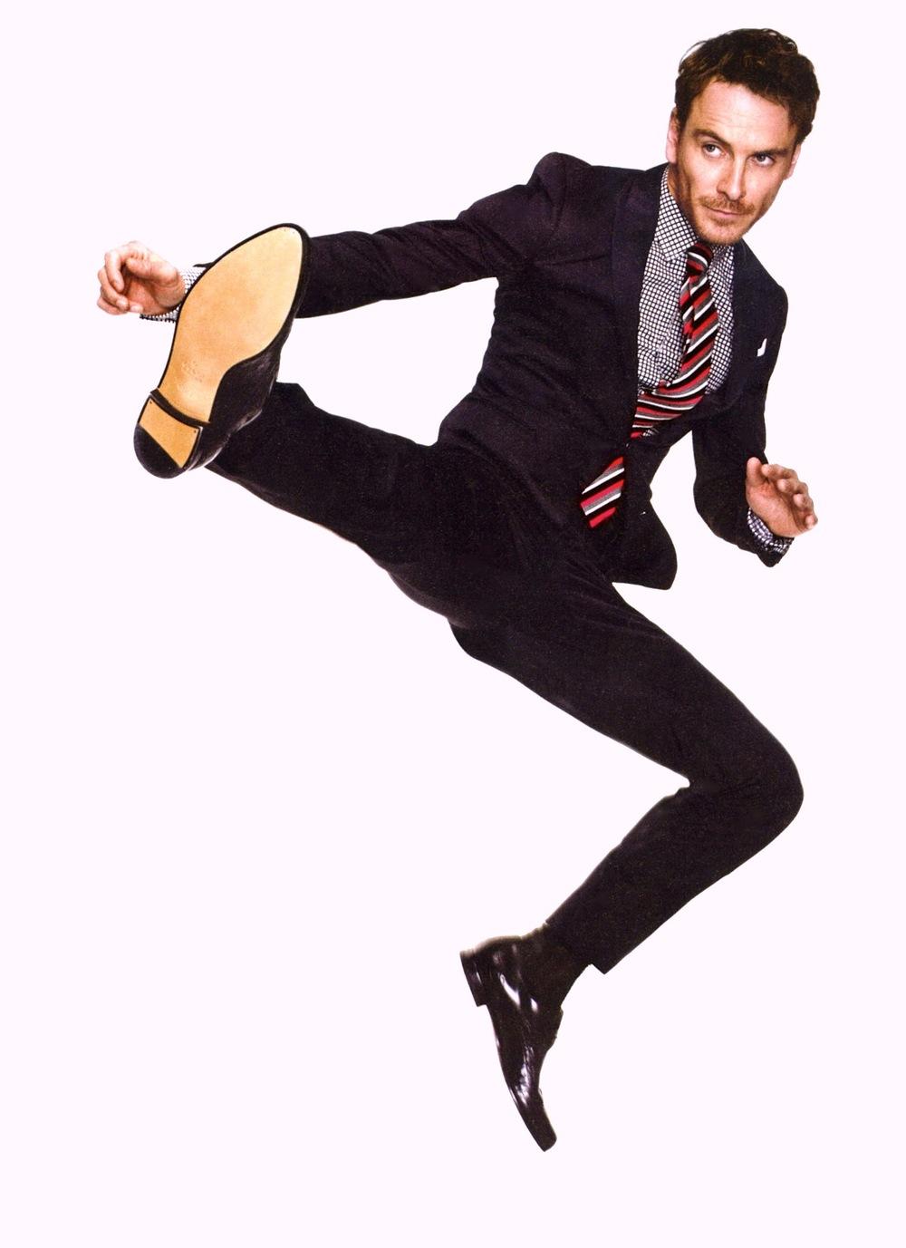 """Para muitos, um dos grandes atores da geração atual, Michael Fassbender é também um dos mais elegantes e autênticos que existe. Nascido na Alemanha e criado na Irlanda, Fassbender é sempre elogiado pela sua versatilidade nas telas. E os elogios não param por aí. Desde suas pequenas aparições em filmes como """"Bastardos Inglórios"""" e '300"""", o moço, que hoje completa 37 anos, teve seu bom gosto para roupas como outro ponto forte. Não à toa que vem sendo requisitado pelas mais renomadas revistas como GQ, Esquire e Elle para estampar editoriais de moda caprichados. Um grande ator em todos os sentidos."""