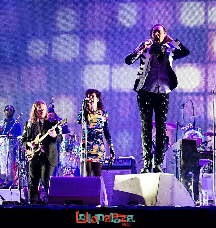 Arcade Fire Designados para encerrarem o último dia de festival, os canadenses do Arcade Fire não decepcionaram. Na opinião de muita gente, eles fizeram o melhor show do fim de semana. Criatividade, alegria e talento em cima do palco. Tudo com um figurino caprichado ao melhor estilo circo indie rock.
