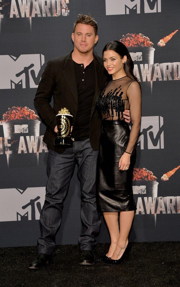 """Homenageado na noite com o """"Trailblazer Award"""", Channing Tatum mostrou que ainda está a algumas léguas de receber um prêmio por suas habilidades com figurino. Nada de errado com a parte de cima. A camisa henley e o blazer foram ótimos. O que faltou foi dar aquela passada no alfaiate para ajustar o comprimento e a largura da calça."""