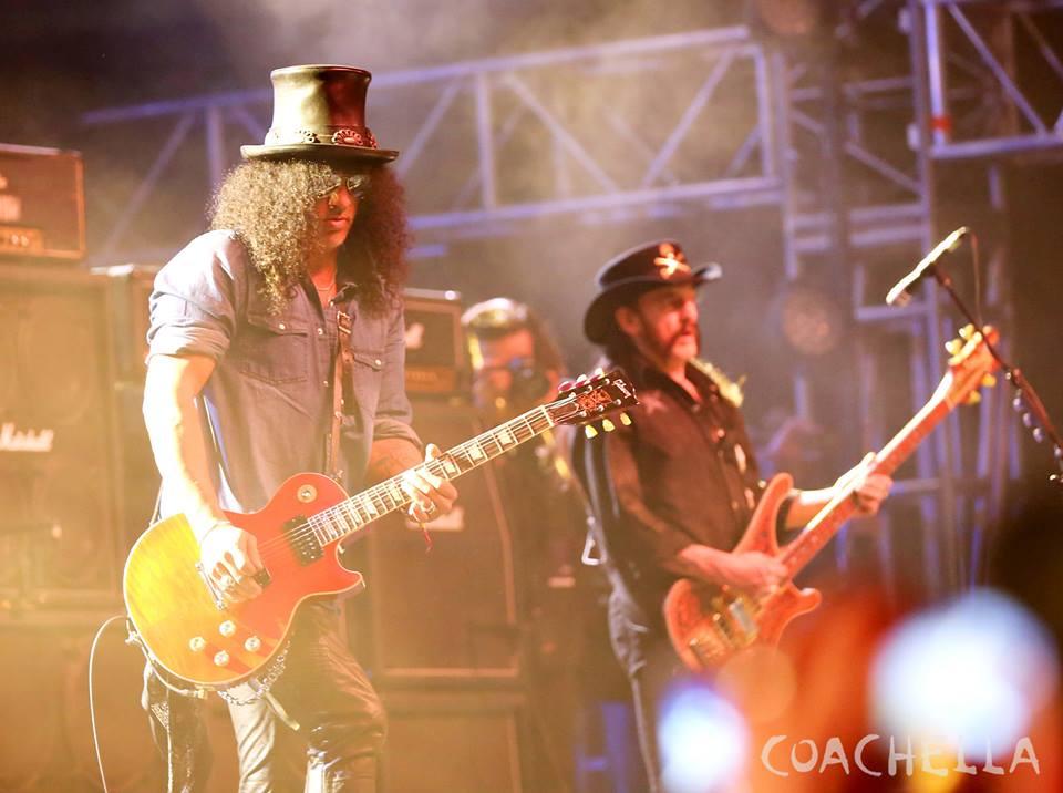 O lendário Lemmy, do Motörhead, recebeu no palco outra lenda: Slash. Um presente para os fãs do rock e do estilo inconfundível de ambos.