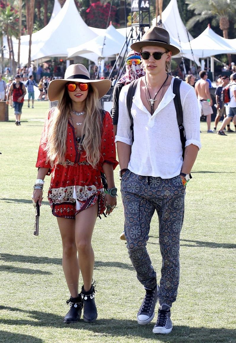 Outro casal que sempre marca presença com bastante estilo é o formado por Vanessa Hudgens e Austin Butler. Um pouco exagerado, mas é o espirito do Coachella.