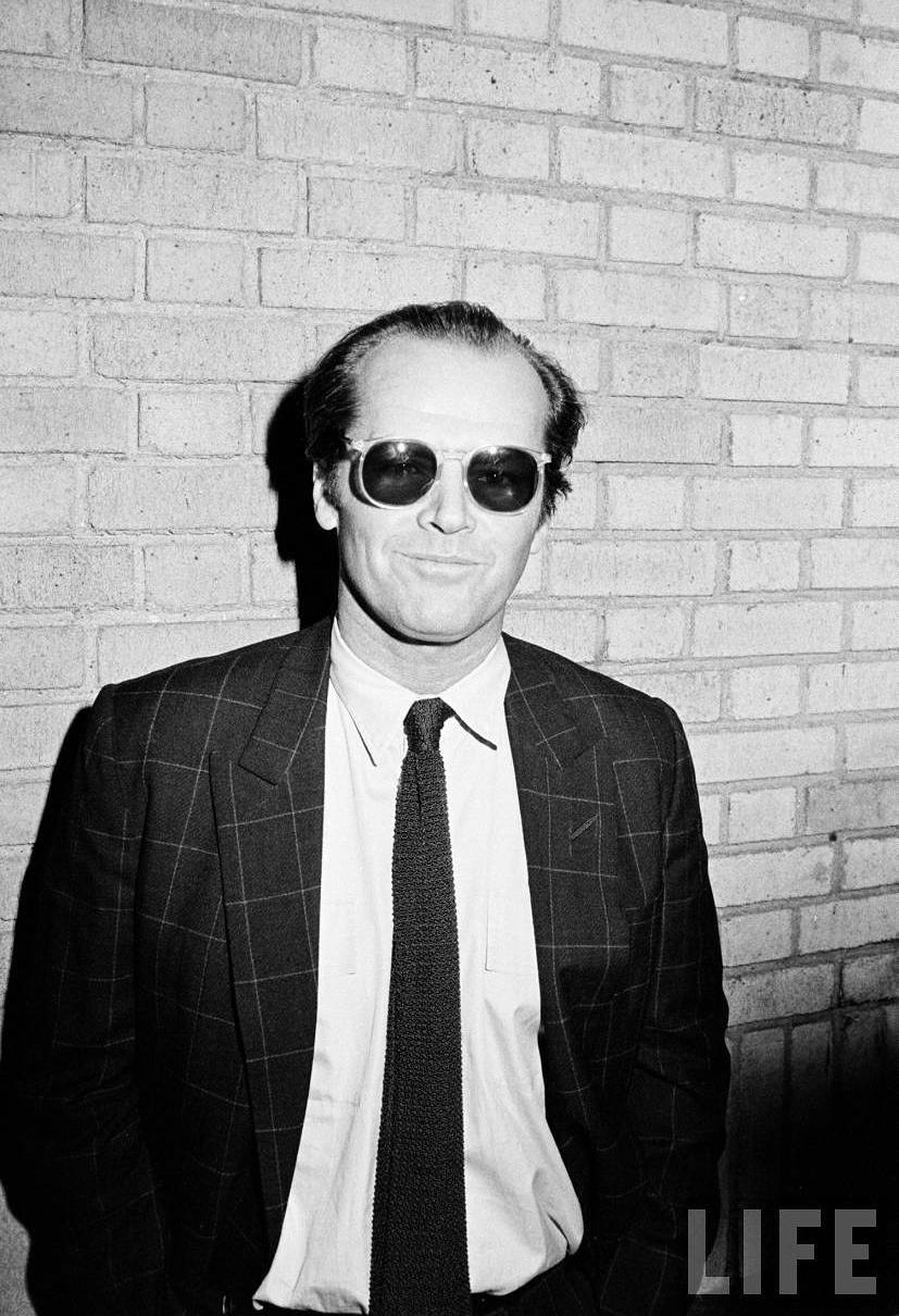 Para muitos, o maior ator de todos os tempos. Para outros, o mais louco. O que ninguém discute é o tamanho do legado que o senhor, que hoje completa 77 anos, já deixou para a história moderna. Dono de um estilo irreverente, sempre acompanhado de charmosos óculos escuros, Jack pode ser considerado um dos maiores ícones de estilo dos anos 70 e 80. E não apenas no mundo do cinema. Eternizado por personagens como Coringa, Jack Torrance,Randle McMurphy, Frank Costello, J. J. Gittes e tantos outros, o ator também merece ser lembrado como um dos mais autênticos no quesito estilo. Para sempre palmas ao senhor Jack Nicholson.